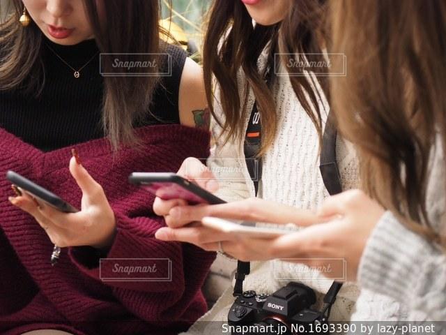 携帯電話を保持している女性の写真・画像素材[1693390]