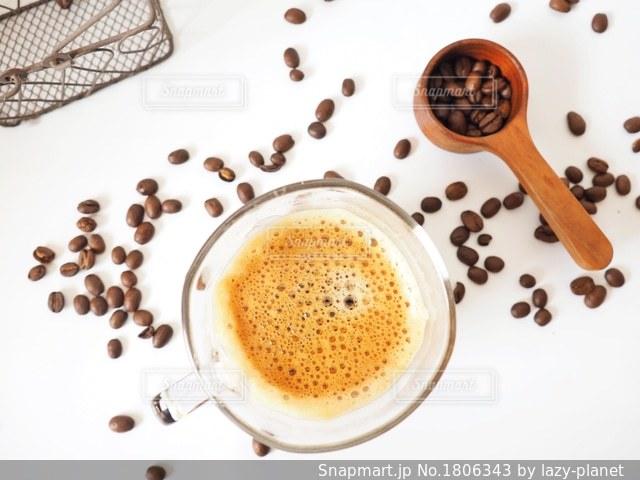 コーヒー豆をばらまいての写真・画像素材[1806343]
