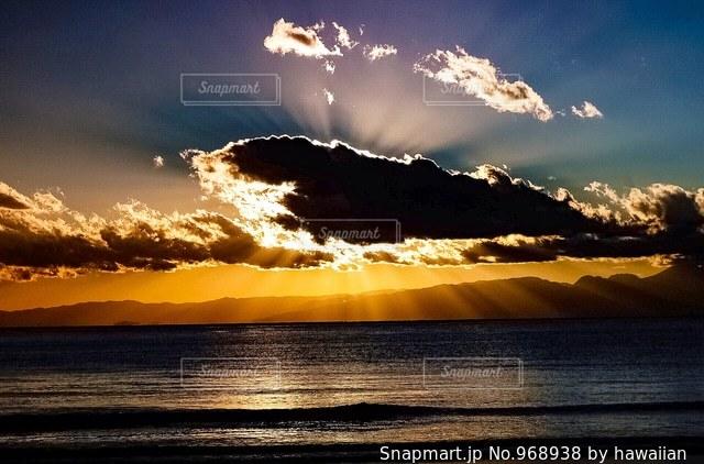 ビーチに沈む夕日の写真・画像素材[968938]