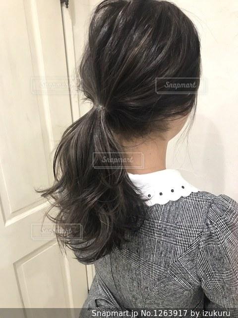 女性の後ろ姿の写真・画像素材[1263917]