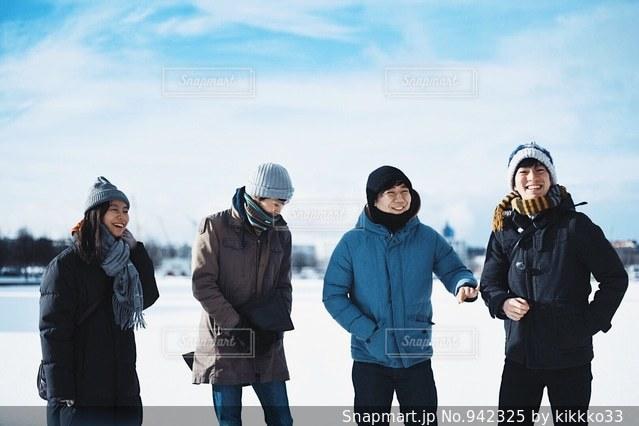雪の中に立っている人のグループの写真・画像素材[942325]