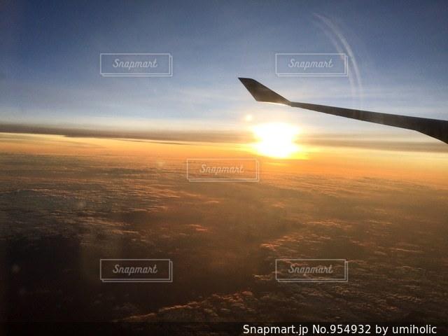 高空を飛んでいる飛行機の写真・画像素材[954932]