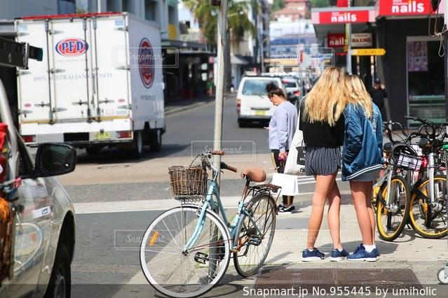 都市通りで自転車を乗る人の写真・画像素材[955445]