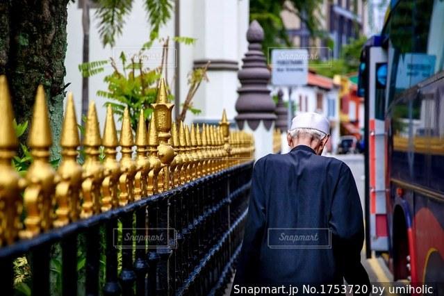 これから祈りを捧げに行く老人の写真・画像素材[1753720]