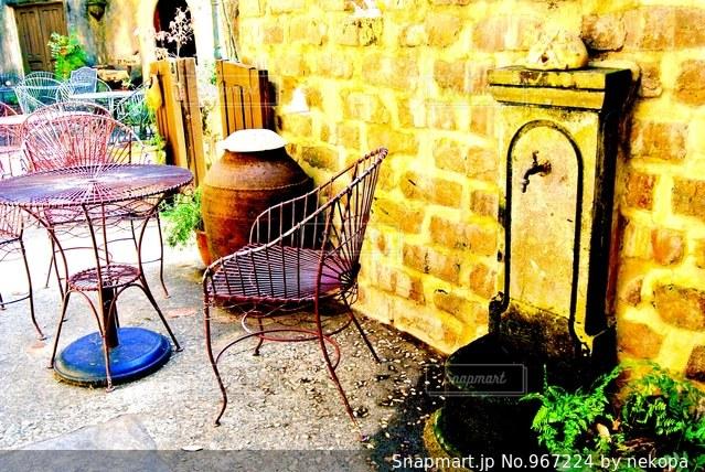 建物の前に座っている椅子の写真・画像素材[967224]