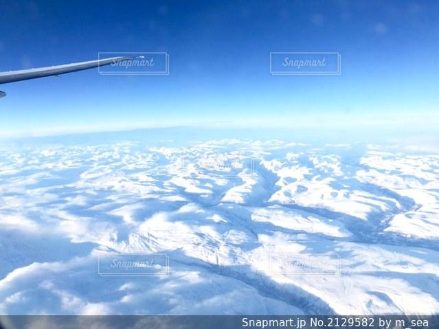 飛行機から見る白銀の世界の写真・画像素材[2129582]