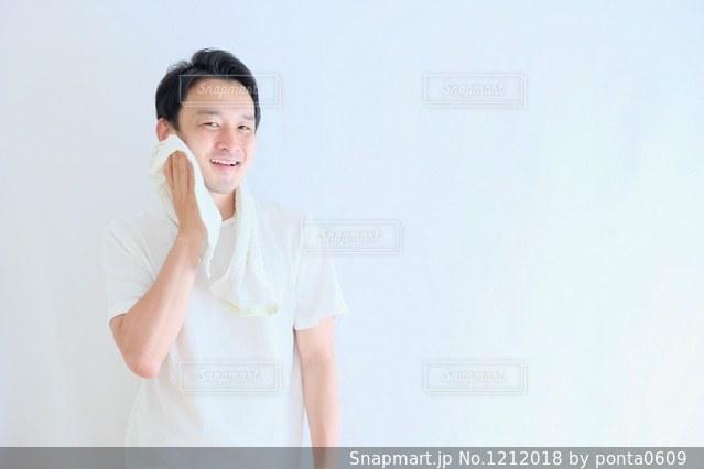 白いシャツの人の写真・画像素材[1212018]