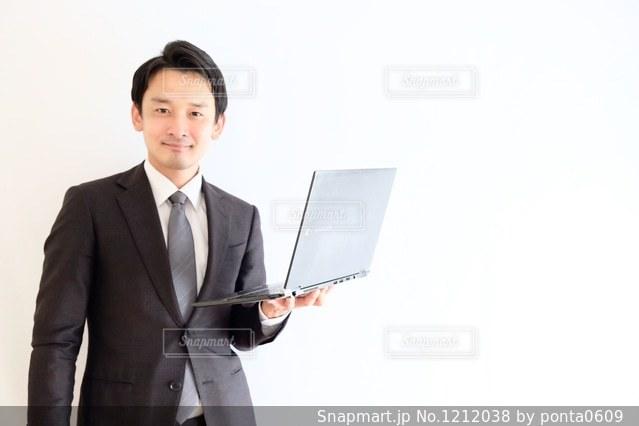 スーツとネクタイを身に着けている男の写真・画像素材[1212038]