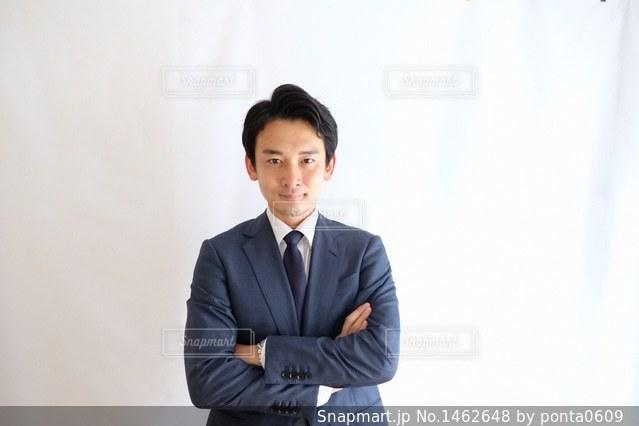 スーツとネクタイを身に着けている男の写真・画像素材[1462648]