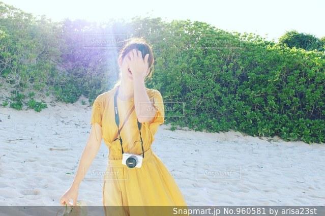 黄色のドレスの人の写真・画像素材[960581]