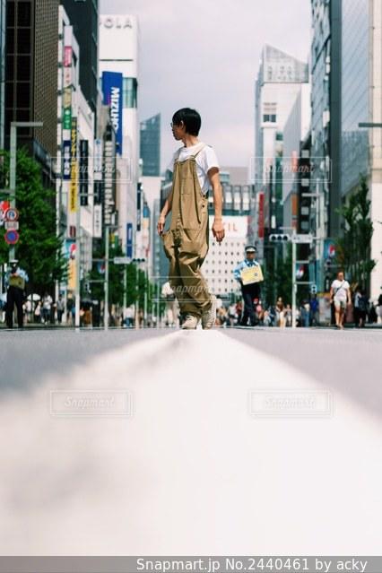 通りを歩いている男の写真・画像素材[2440461]