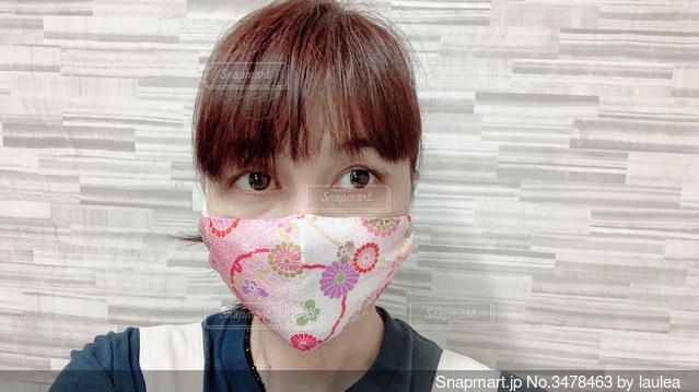 ピンクのちりめんの可愛らしいマスクの写真・画像素材[3478463]