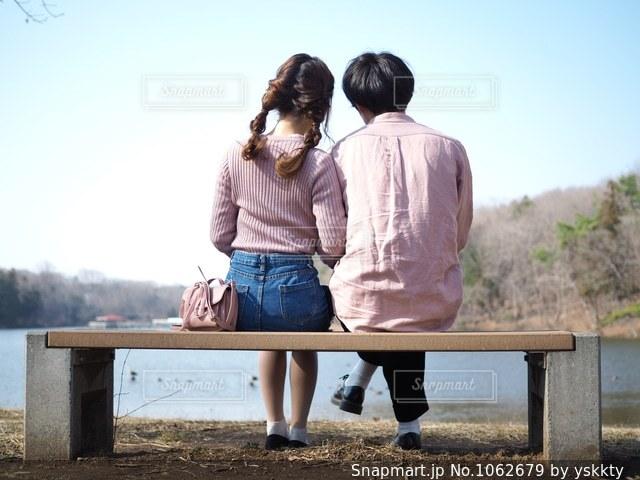 ベンチに座っている人の写真・画像素材[1062679]