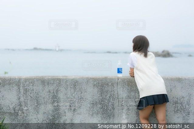 海を見ているJKの写真・画像素材[1209228]