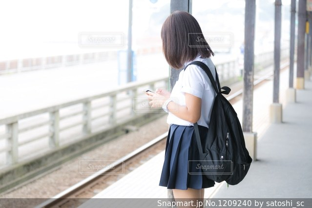 電車を待つJKの写真・画像素材[1209240]