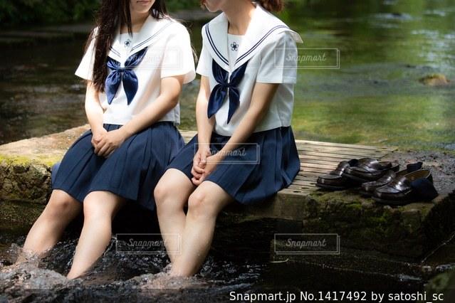 川の水で涼む女の子(JK,友達)の写真・画像素材[1417492]