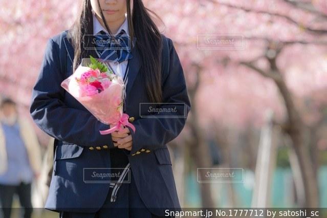花束を持っている女子高生の写真・画像素材[1777712]