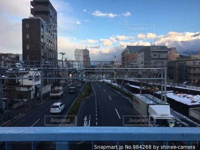 トラックに対して都市の鉄道の写真・画像素材[984268]