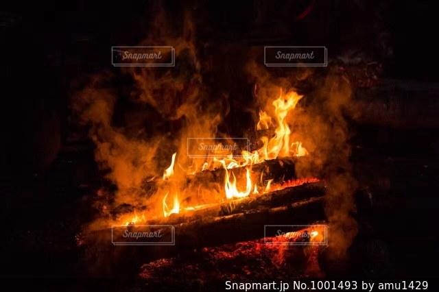 暗い部屋で大規模な火災の写真・画像素材[1001493]