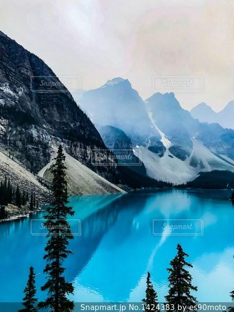 カナダ  バンフ国立公園 モレイン湖の写真・画像素材[1424383]