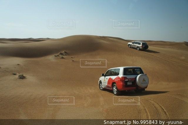 砂漠の四輪駆動車の写真・画像素材[995843]