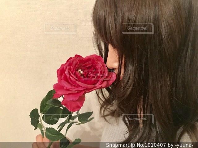 赤い薔薇と女性の写真・画像素材[1010407]