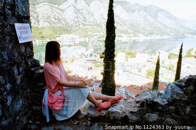 街を眺める女性の写真・画像素材[1124363]