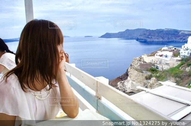 海を眺める女性の写真・画像素材[1324275]