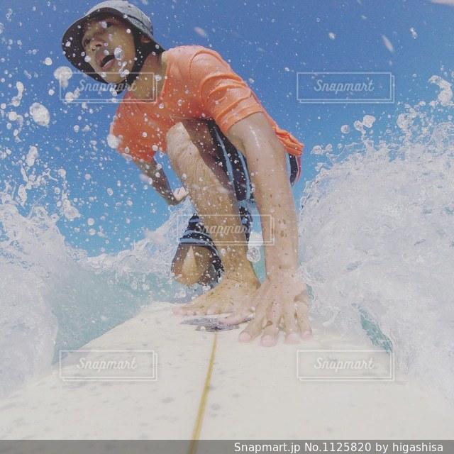 水のサーフボードで波に乗って男 - No.1125820