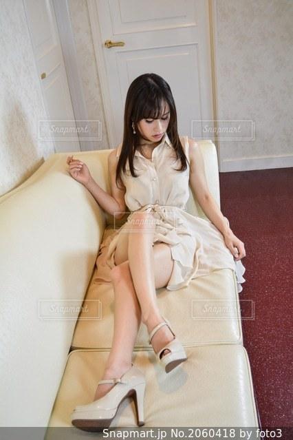 ベットに座る女性の写真・画像素材[2060418]