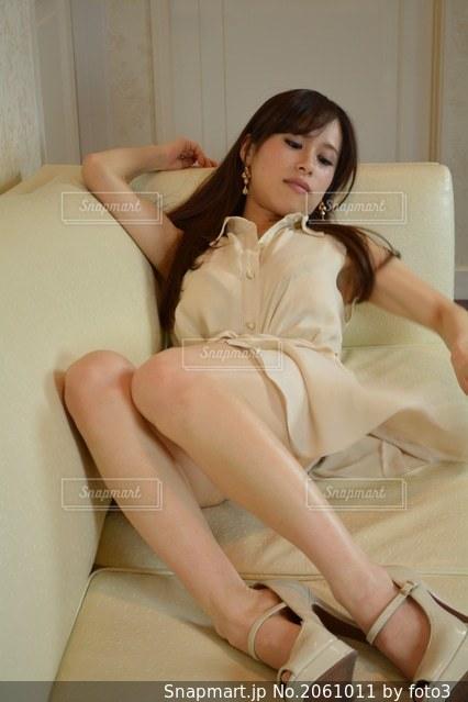 ソファーに座る女性の写真・画像素材[2061011]