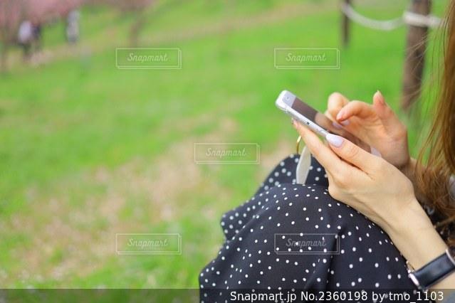 携帯電話手元の写真・画像素材[2360198]