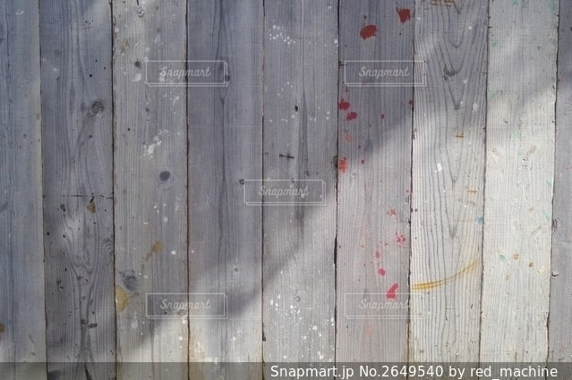 ペンキ汚れの付いた板壁の写真・画像素材[2649540]