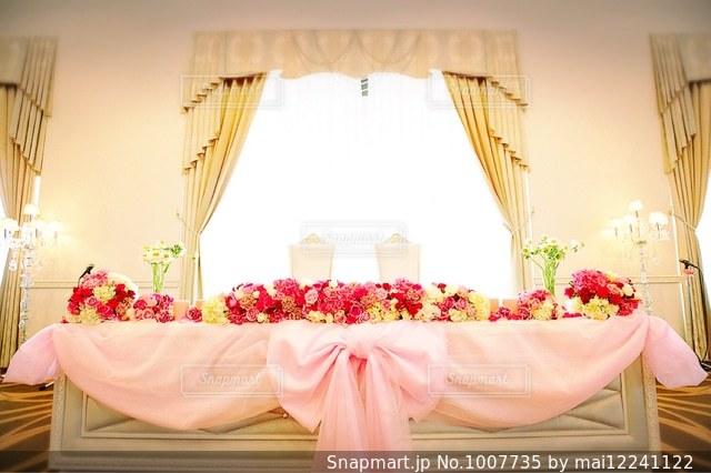 リビング ルームの家具とテーブルの上の花瓶でいっぱいの写真・画像素材[1007735]