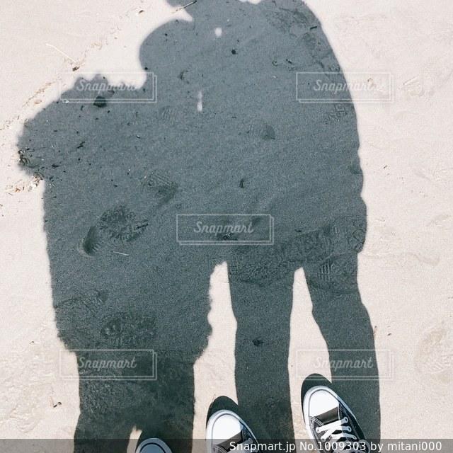砂場で写真を撮るカップルの写真・画像素材[1009303]