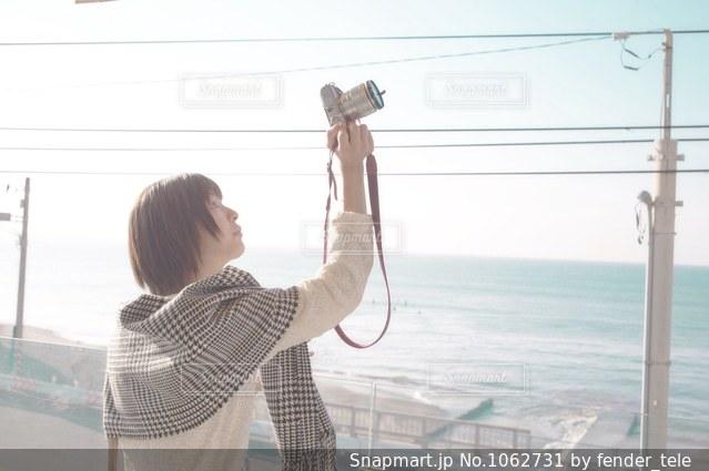 ビーチの前に立っている人の写真・画像素材[1062731]