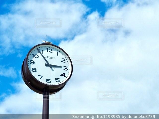 青空と時計の写真・画像素材[1193935]