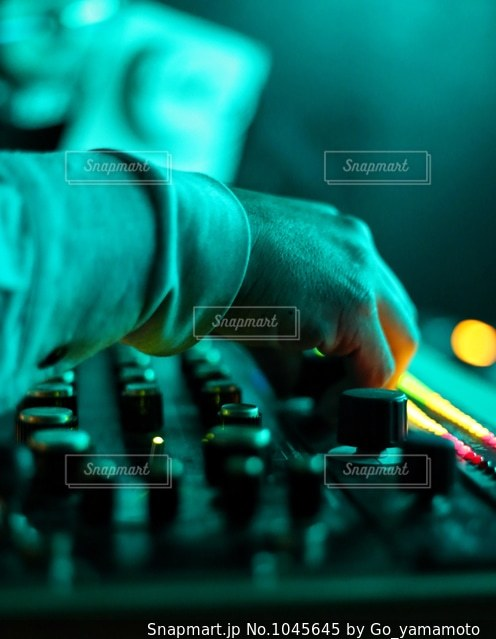 サウンドミキサーを操る手の写真・画像素材[1045645]