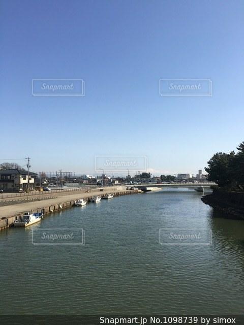 水の体の上の橋の写真・画像素材[1098739]