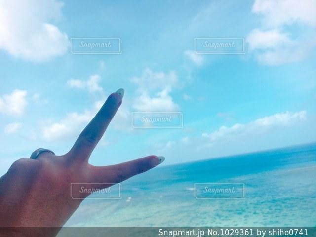 空に向かってピースの写真・画像素材[1029361]