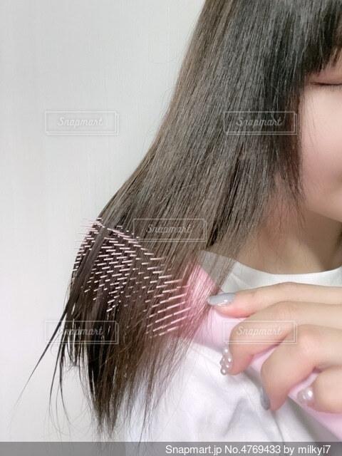 くしで髪をとかす女性の写真・画像素材[4769433]