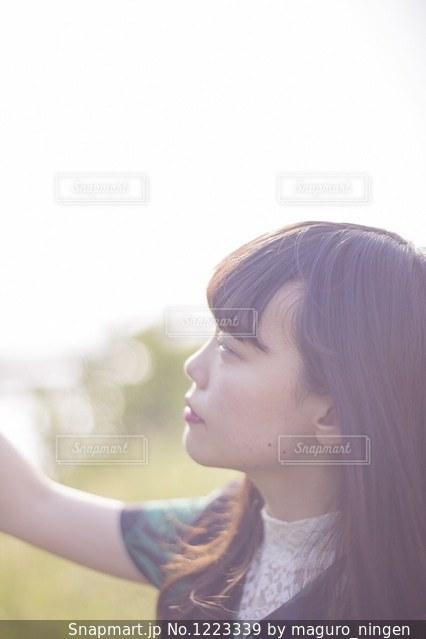 カメラを探している女性の写真・画像素材[1223339]