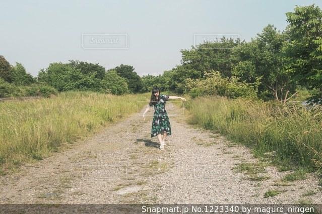 未舗装の道路を自転車に乗る男の写真・画像素材[1223340]