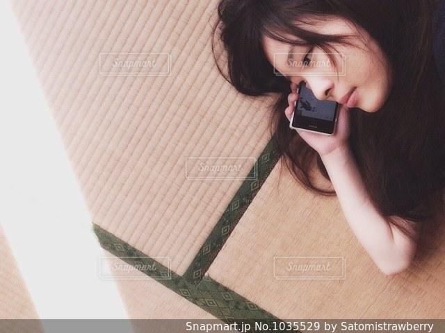 携帯電話で話す人の写真・画像素材[1035529]