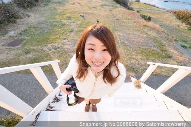 カメラに向かって笑う女の子の写真・画像素材[1066808]