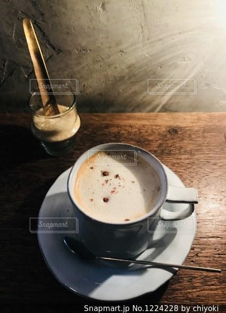 テーブルの上のコーヒー カップの写真・画像素材[1224228]