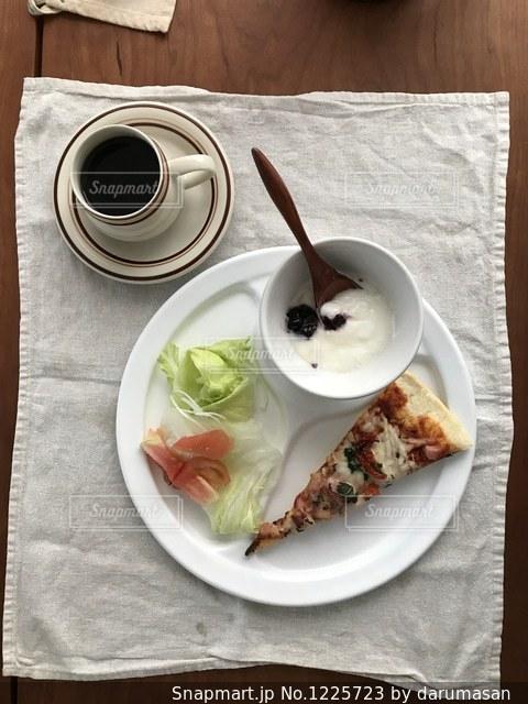 テーブルの上に食べ物のプレートの写真・画像素材[1225723]