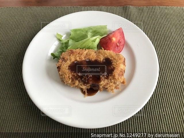 テーブルの上に食べ物のプレートの写真・画像素材[1249277]