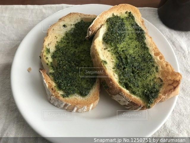 皿の上のパンの部分の写真・画像素材[1250751]