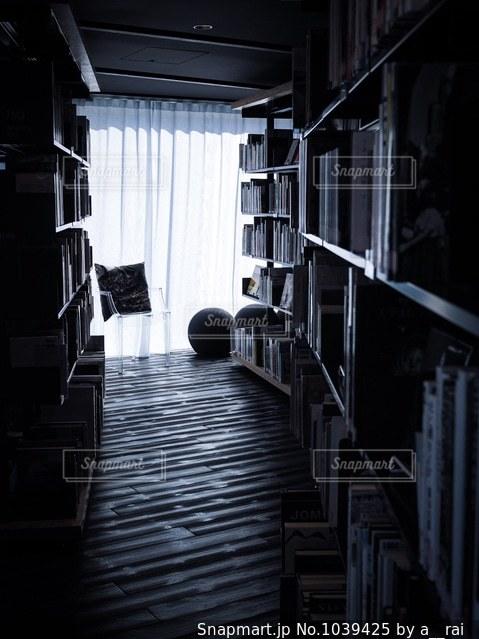 黒の背景付きの部屋の写真・画像素材[1039425]